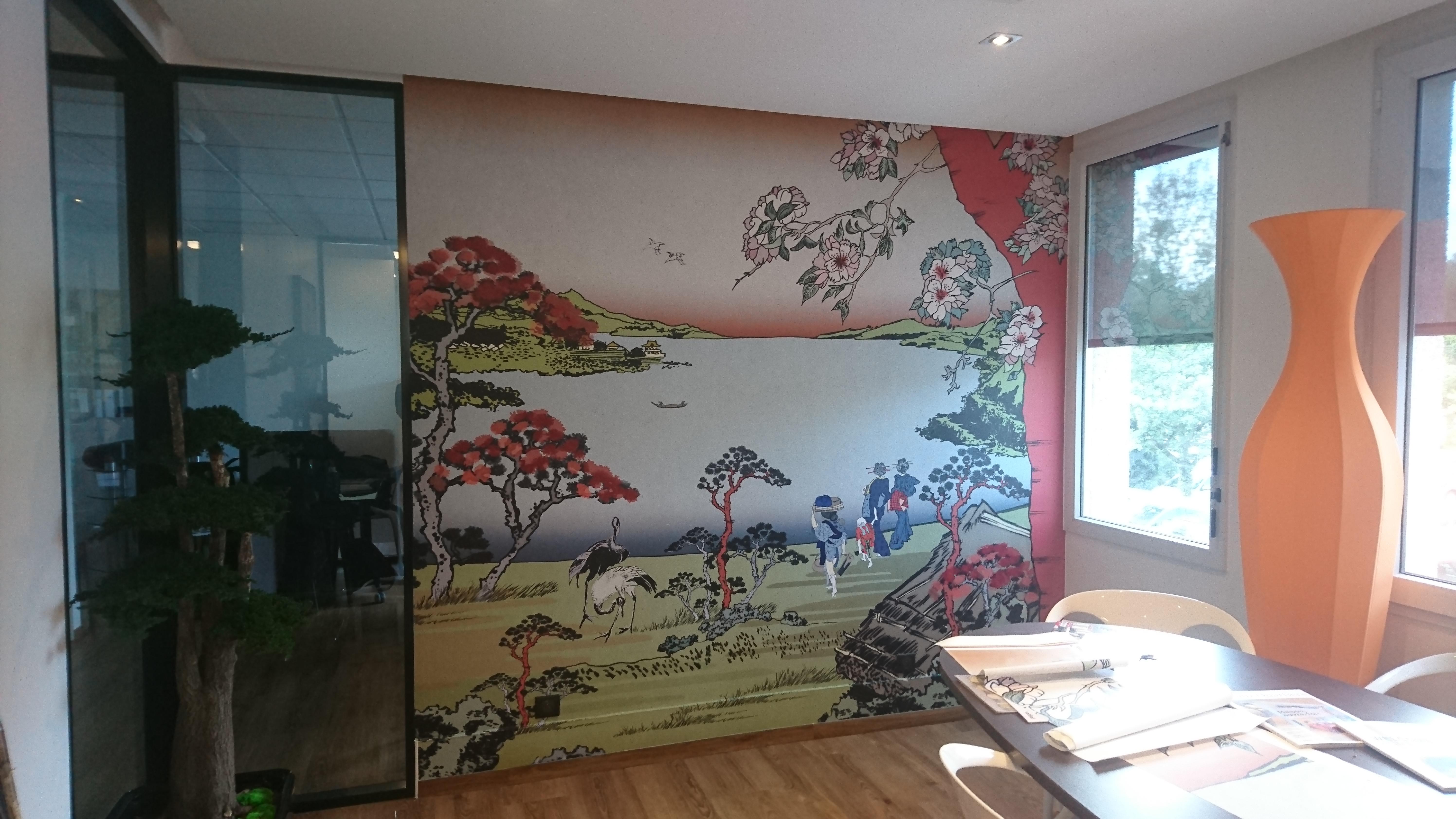 Toile JetTex contre collée sur un mur dans une salle de repos. Impression numérique grand format. Visuel japonisant choisi par le client.