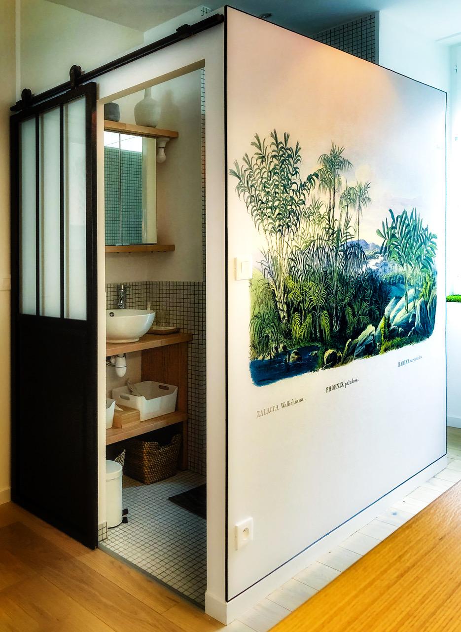 Toile tendue chez un particulier pour habiller un mur de l'appartement. Visuel choisi par le client.